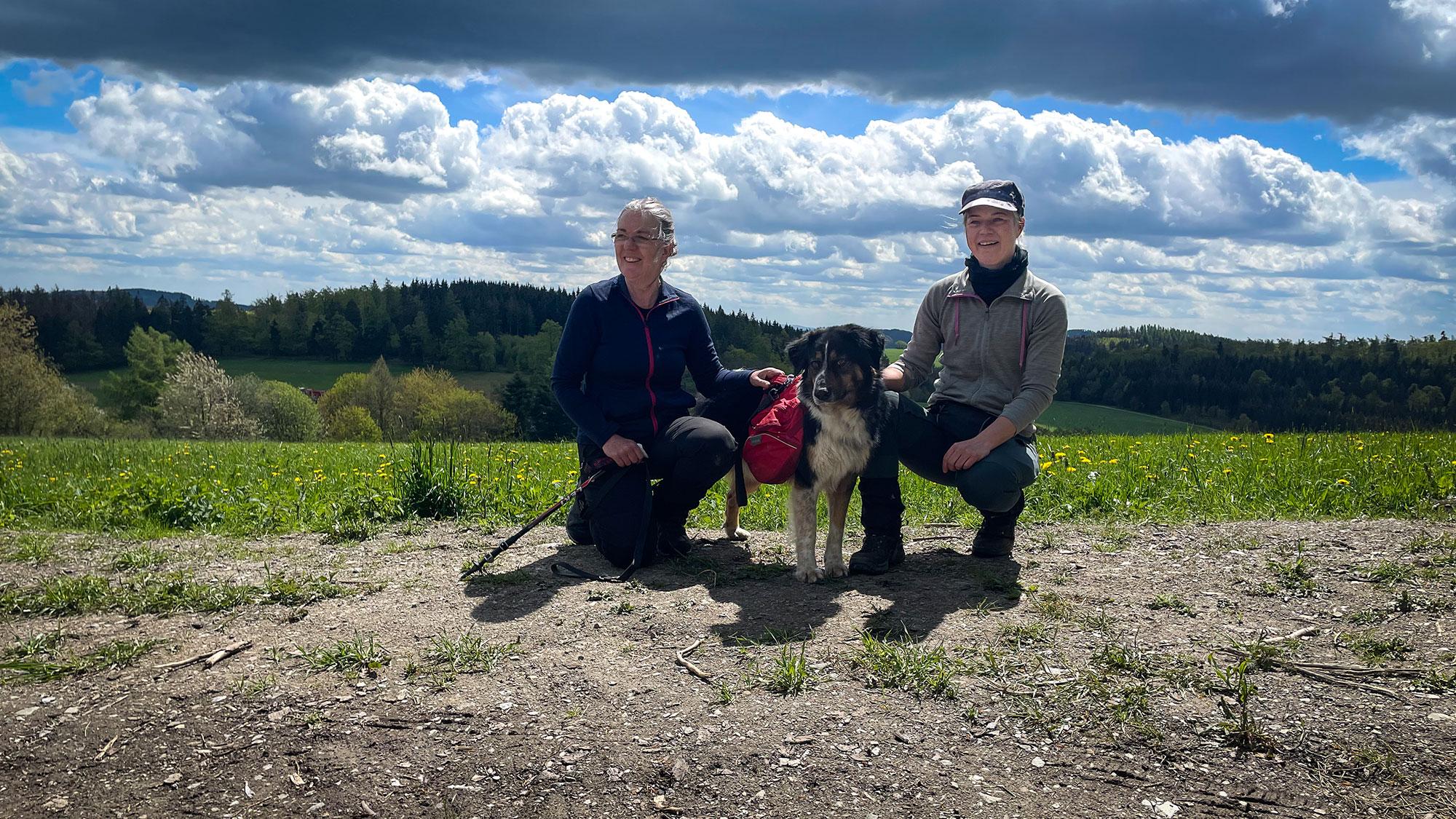 Zwei Frauen und Hund vor Panorama am Dommel
