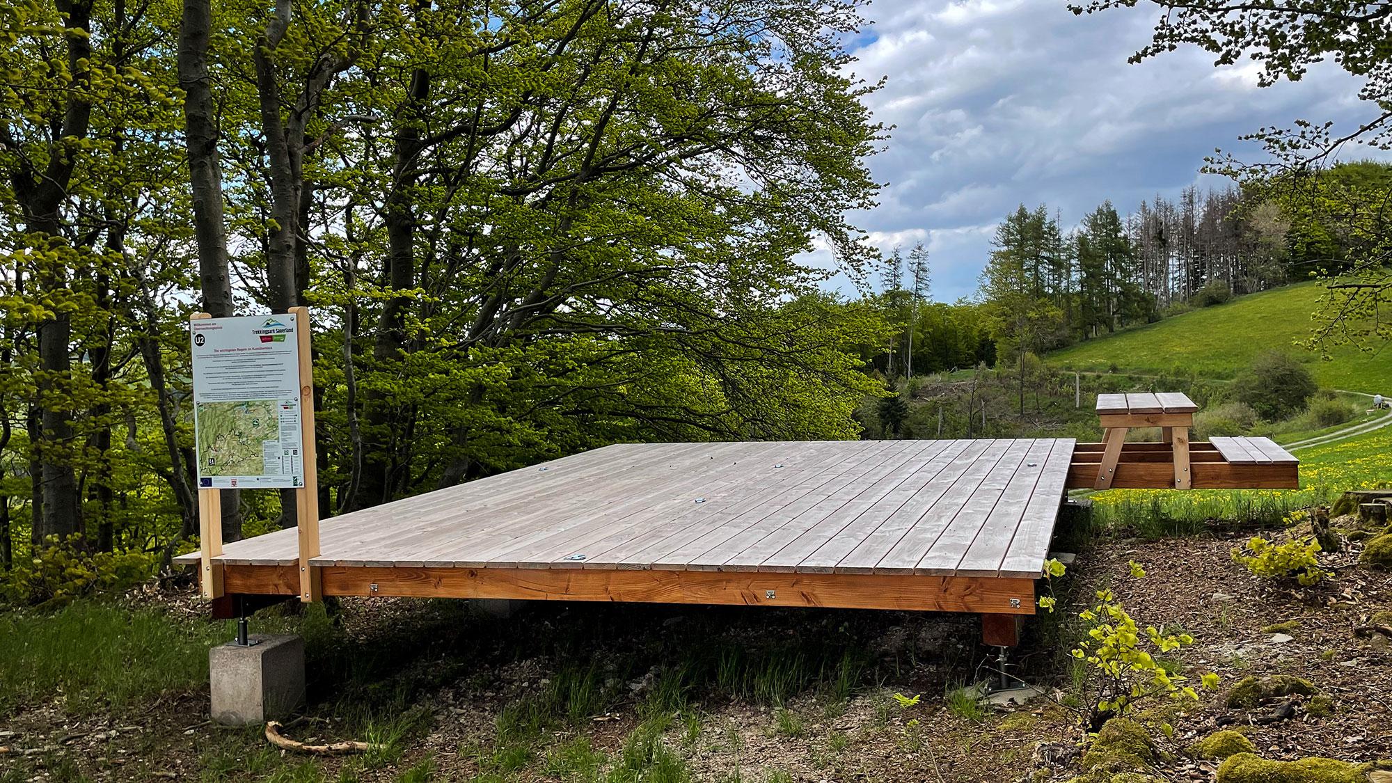 Holzplattform für Zelte am Trekkingplatz-Eimelrod
