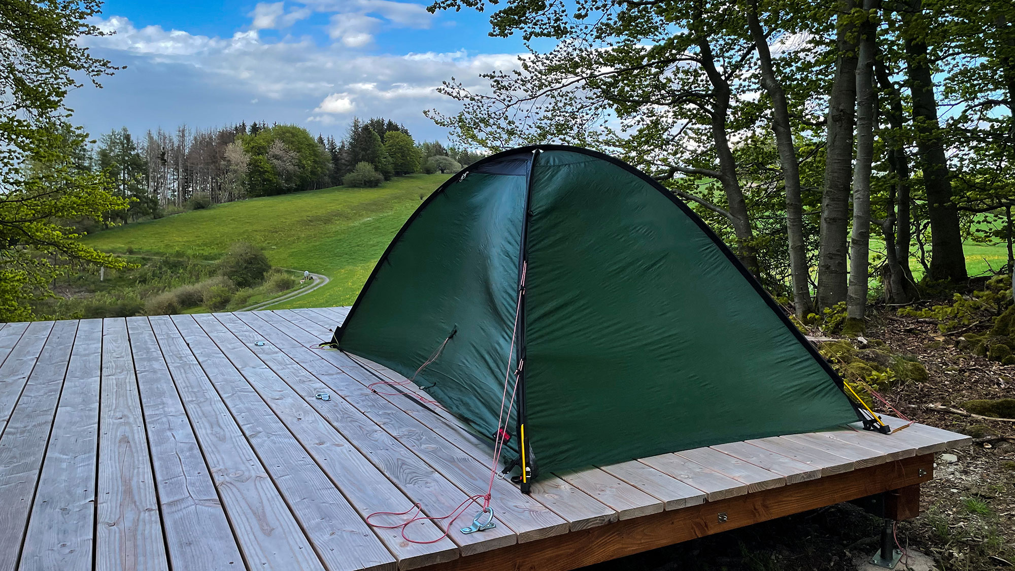 Zelt im Wind auf Holzplattform am Trekkingplatz-Eimelrod
