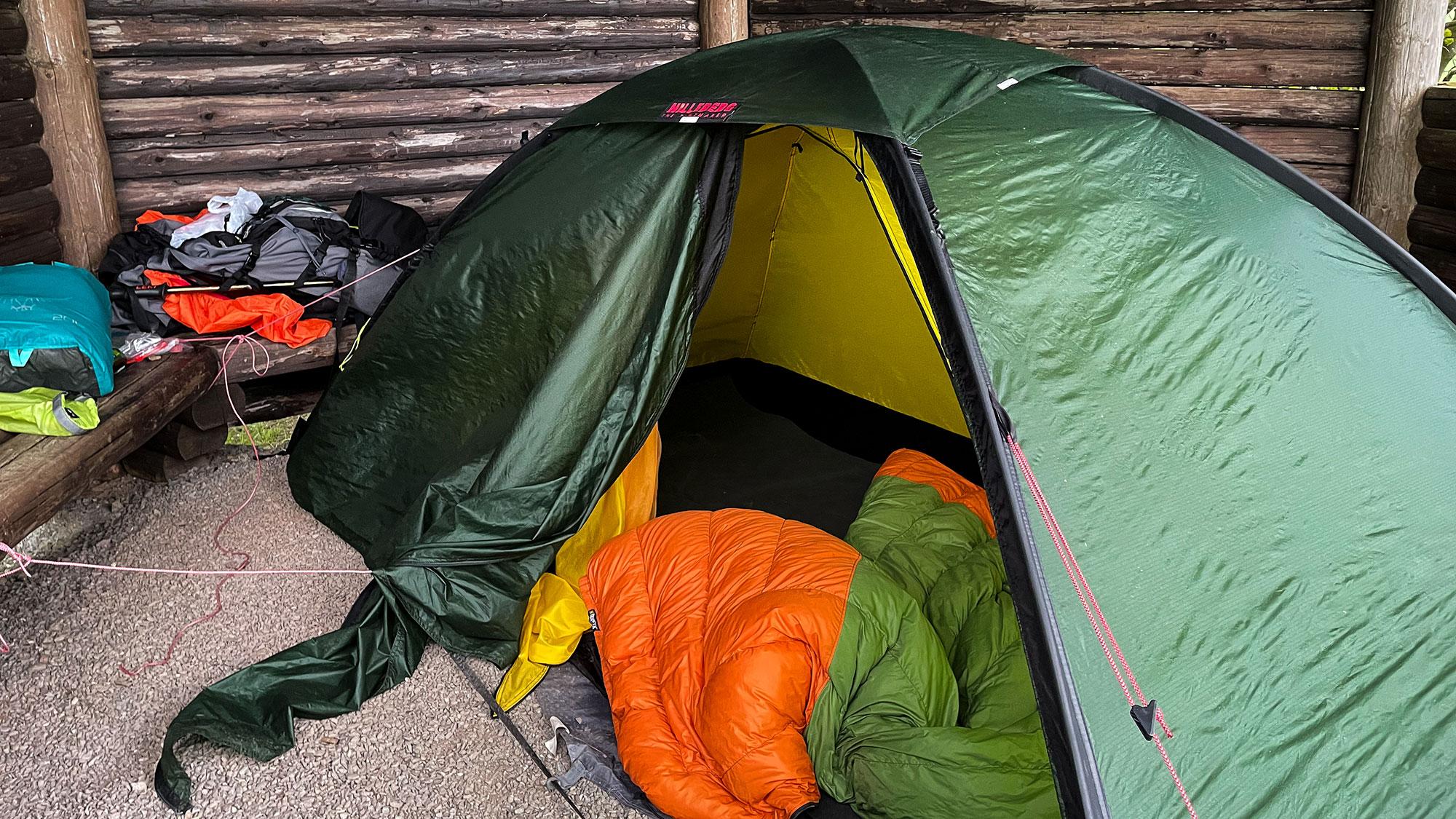 Zelt in einer Schutzhütte am Trekkingplatz-Eimelrodaufgebaut